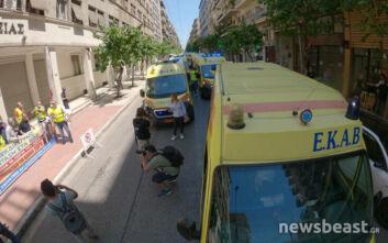 Διαμαρτυρία με ασθενοφόρα του ΕΚΑΒ έξω από το υπουργείο Υγείας