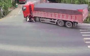 Σοκαριστικό τροχαίο: Φορτηγό παρασύρει γυναίκα που οδηγεί σκούτερ