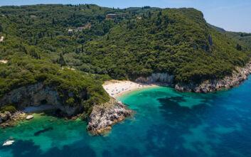 Η ξακουστή παραλία της Κέρκυρας με τις φυσικές ομορφιές