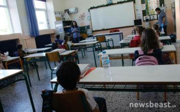Φωτογραφίες από την επιστροφή στα θρανία και των τελευταίων μαθητών: Αντισηπτικά και αποστάσεις σε δημοτικά και νηπιαγωγεία