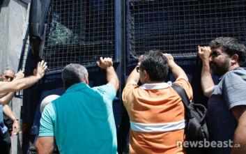 Στη Βουλή οι εκπαιδευτικοί: Έσπρωξαν κλούβα να περάσουν - Εικόνες από τη διαδήλωση