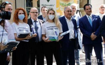 Άδωνις και Πατούλης μοίρασαν μάσκες και αντισηπτικά στο κέντρο της Αθήνας