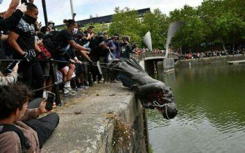 Βρετανία: Διαδηλωτές γκρέμισαν άγαλμα δουλεμπόρου του 17ου αιώνα