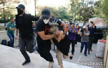 Επίθεση με βιτριόλι: Εικόνες από τη μεταφορά της 35χρονης στον εισαγγελέα