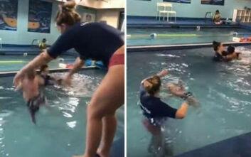 Εκπαιδεύτρια κολύμβησης πετά μωρό στο νερό και η μητέρα δέχεται απειλές για τη ζωή της