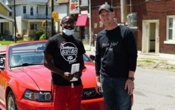 Διαδηλωτής πήρε δώρο αυτοκίνητο και υποτροφία επειδή καθάρισε το δρόμο
