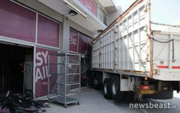 Συγκλονιστικό βίντεο: Η στιγμή που το φορτηγό «καρφώνεται» στο κατάστημα στην Πειραιώς