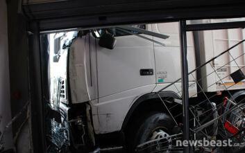 Πρώτες εικόνες από το φορτηγό που έπεσε σε κατάστημα στην Πειραιώς