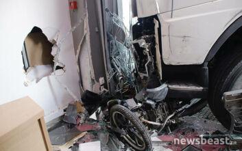 Πέθανε ο οδηγός του φορτηγού που «καρφώθηκε» σε κατάστημα στην Πειραιώς
