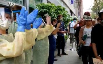Τζορτζ Φλόιντ: Συγκλονιστικές εικόνες με προσωπικό νοσοκομείου της Νέας Υόρκης να χειροκροτεί τους διαδηλωτές
