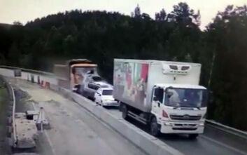 Σοκαριστικό βίντεο: Φορτηγό έπεσε πάνω σε 5 οχήματα