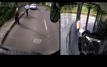 Η στιγμή που οδηγός λεωφορείου τραβάει χειρόφρενο και σώζει ηλικιωμένη από τσαντάκια