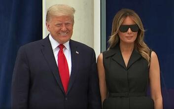 Ο Ντοναλντ Τραμπ φαίνεται να ζητά από την Μελάνια να χαμογελάσει μπροστά στους φωτογράφους
