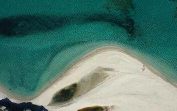Η διασημότερη παραλία του καλοκαιριού από ψηλά