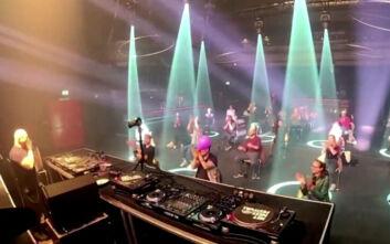 Χορός σε απόσταση και καθιστοί σε καρέκλες: Έτσι είναι η διασκέδαση σε κλαμπ στην εποχή του κορονοϊού