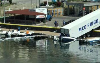 Εικόνες από νταλίκα που έκανε «βουτιά» στο λιμάνι της Καβάλας