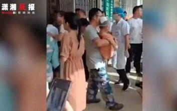 Φύλακας σχολείου στην Κίνα έβγαλε μαχαίρι και σκόρπισε τον τρόμο