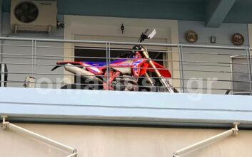 Λάρισα: Πάρκαρε τη μοτοσυκλέτα του στο... μπαλκόνι