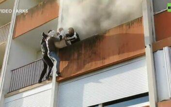 Νεαροί Γάλλοι σκαρφαλώνουν αστραπιαία σε μπαλκόνι και σώζουν ηλικιωμένο κύριο από φλεγόμενο κτίριο
