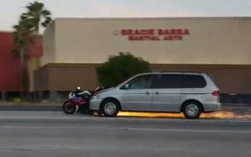 Φρικτό τροχαίο στην Καλιφόρνια: Μίνι βαν πέφτει πάνω σε μοτοσυκλέτα και τη σέρνει για πολλή ώρα
