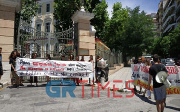Διαμαρτυρία φοιτητών στη Θεσσαλονίκη: Ζητούν να περάσουν τα μαθήματα χωρίς εξετάσεις