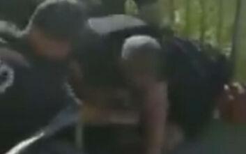 Σε διαθεσιμότητα αστυνομικός στη Νέα Υόρκη που έκανε κεφαλοκλείδωμα σε Αφροαμερικανό