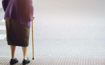 Νεαρός έσπρωξε 92χρονη που έπεσε στο πεζοδρόμιο και έφυγε ατάραχος