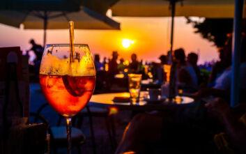 Λουκέτο λόγω συνωστισμού σε beach pool bar στην Αχαΐα