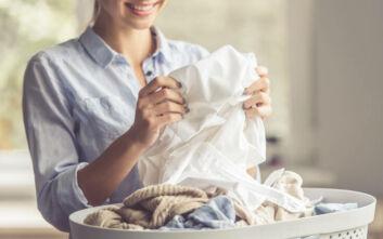 Πώς να εξαφανίσετε την κιτρινίλα από τα λευκά ρούχα