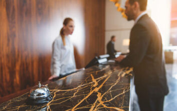 Με πτώση του τζίρου κατά 67% ανοίγουν οι ξενοδόχοι τις επιχειρήσεις τους