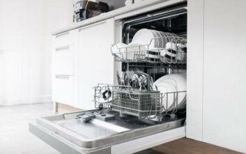 Το φυσικό προϊόν που πρέπει να βάλετε στο πλυντήριο πιάτων για εκπληκτικά αποτελέσματα