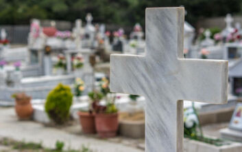 Έπεσε ξύλο πάνω από τα μνήματα σε νεκροταφείο της Λαμίας