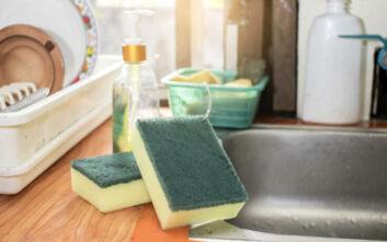 Το μυστικό για να καθαρίσετε τέλεια το σφουγγάρι της κουζίνας