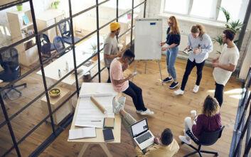 Σχεδόν οι μισοί εργοδότες στη Βρετανία σχεδιάζουν να μειώσουν τους εργασιακούς χώρους