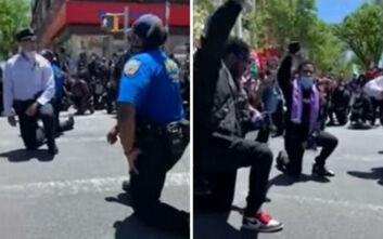 Τζορτζ Φλόιντ: Συγκινητικές εικόνες με αστυνομικούς να γονατίζουν μαζί με διαδηλωτές