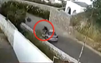 Βίντεο ντοκουμέντο που σοκάρει: Αυτοκίνητο πέφτει με ιλιγγιώδη ταχύτητα πάνω σε 24χρονο μοτοσικλετιστή στην Κρήτη