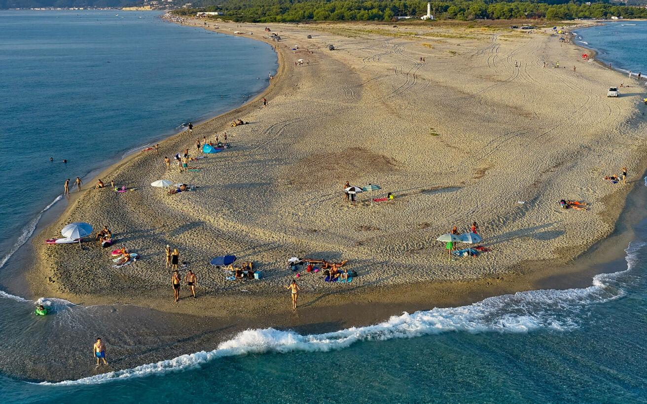 Φυσικές αμμόγλωσσες που διεισδύουν στη θάλασσα και δημιουργούν κάποιες από τις πιο εντυπωσιακές παραλίες της χώρας