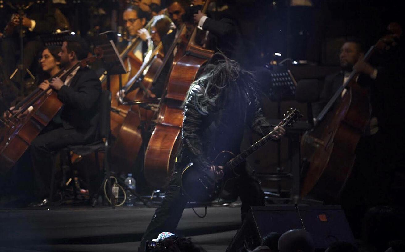 Το ελληνικό metal συγκρότημα που έδωσε συναυλία μαζί με συμφωνική ορχήστρα 100 μουσικών μπροστά σε χιλιάδες κόσμο