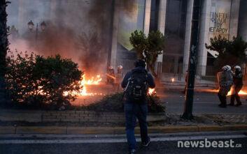 Βίντεο ντοκουμέντο από τη στιγμή της έντασης στην αμερικάνικη πρεσβεία: Φωτιές και χημικά παντού