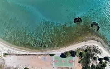 Εξωτικό γήπεδο μπάσκετ με θέα θάλασσα δίπλα σε χρυσαφένια αμμουδιά