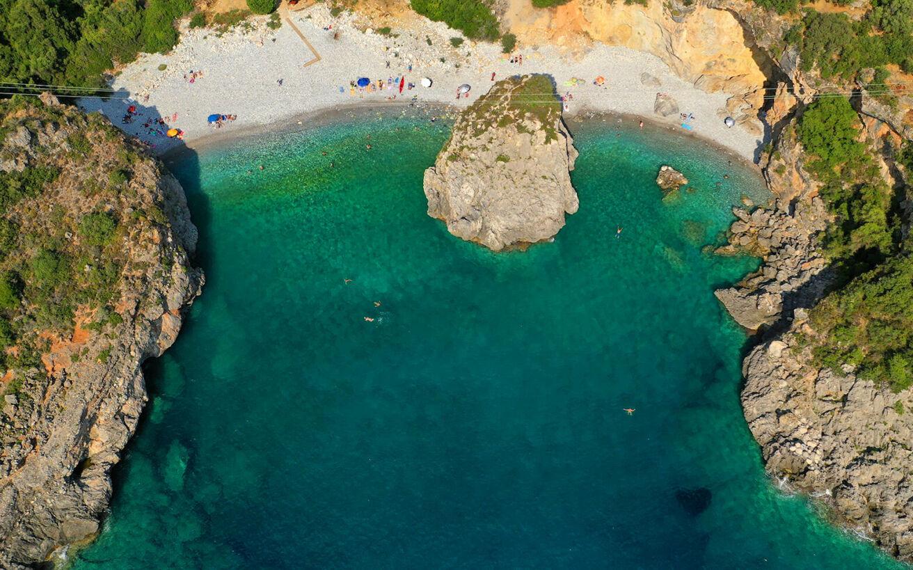Η μεθυστική ελληνική παραλία με το τρομακτικό όνομα