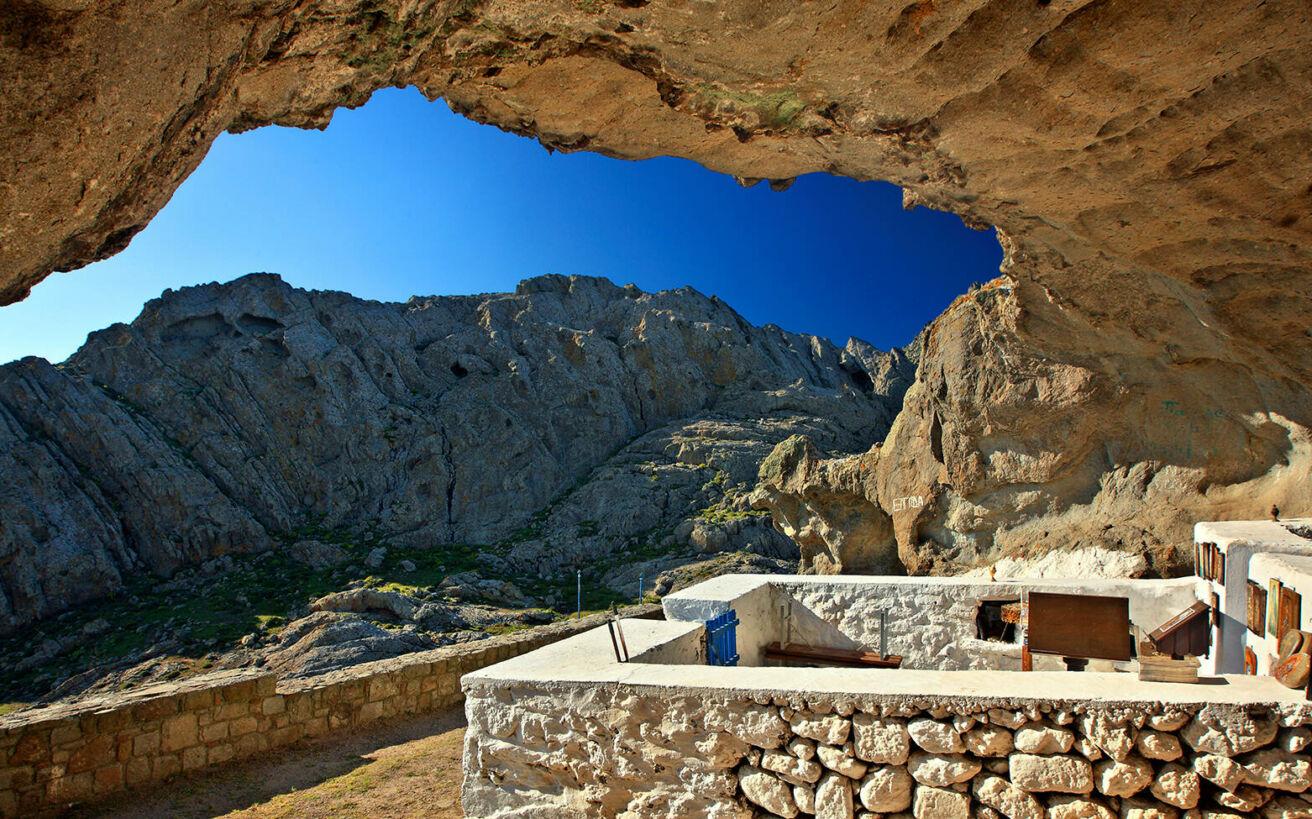 Πέντε ξωκλήσια λαξευμένα σε βράχους και σπηλιές που προκαλούν δέος