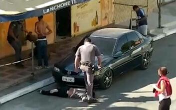 Σάλος στη Βραζιλία με την κακοποίηση γυναίκας από αστυνομικό: «Όσο πάλευα, τόσο στηριζόταν στον λαιμό μου»
