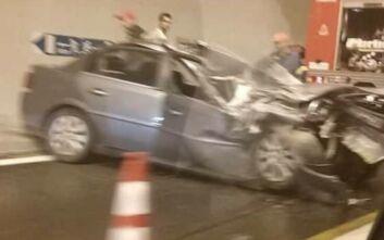 Σοκαριστικές εικόνες στη Βέροια: Αυτοκίνητο συγκρούστηκε με φορτηγό σε τούνελ - Ένας τραυματίας