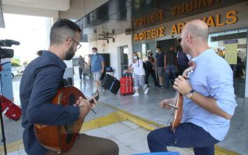 Άνοιξε ο τουρισμός: Με λύρα και γλυκό η υποδοχή της πρώτης πτήσης στο αεροδρόμιο Ηρακλείου
