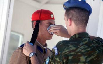 Οι Εύζωνες στον Άγνωστο Στρατιώτη λιώνουν από τον καύσωνα - Η «σωτήρια» επέμβαση