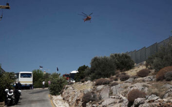 Φωτιά στη Βάρη: Υπό μερικό έλεγχο τέθηκε η πυρκαγιά