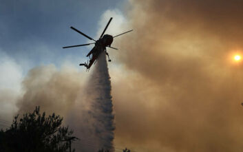 Φωτιά στις Κεχριές: Διάσπαρτες εστίες και διαρκείς αναζωπυρώσεις δυσχαιρένουν το έργο της Πυροσβεστικής