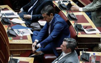 Όταν ο φακός «τσάκωσε» τον Αλέξη Τσίπρα να δένει τα κορδόνια του στη Βουλή