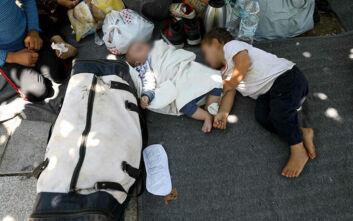 Ξηλώθηκαν τα παγκάκια από την Πλατεία Βικτωρίας: Στο έδαφος κοιμούνται οικογένειες προσφύγων με μικρά παιδιά